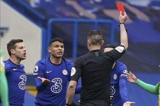 Rozhodca David Coote ukazuje červenú kartu Thiagovi Silvovi z Chelsea Londýn počas zápasu 30. kola anglickej Premier League Chelsea Londýn - West Bromwich Albion 3. apríla 2021 v Londýne.