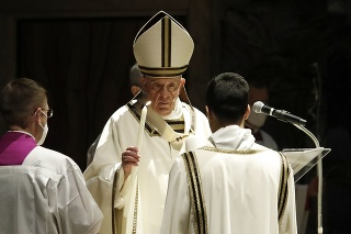 Pápež František slúži na Bielu sobotu veľkonočnú vigíliu v Bazilike sv. Petra vo Vatikáne.