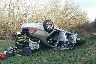 Auto zišlo z mosta.