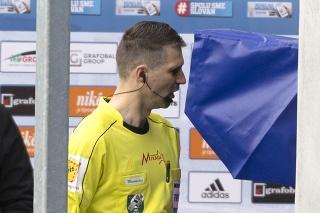 Na snímke hlavný rozhodca stretnutia Pater Kráľovič si pozerá spornú situáciu pomocou systému VAR v zápase 3. kola nadstavbovej časti Fortuna ligy v skupine o titul Slovan Bratislava - FC ViOn Zlaté Moravce 3. apríla 2021 v Bratislave.