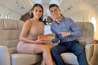 LUXUS: Ronaldo s priateľkou ho milujú. S drahými hodinkami mu však čas v karanténe plynie rovnako ako iným.