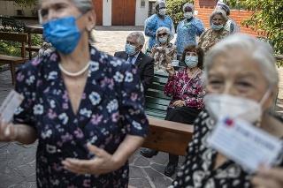 Ľudia čakajú na očkovanie proti COVID-19 v meste Santiago v Chile.