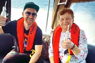 Parťáci: Spevák dovolenkuje so svojou mamou.