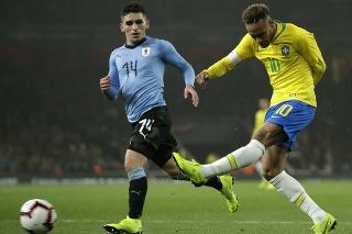 Brazílsky hráč Neymar (vpravo) strieľa cez Uruguajčana Lucasa Torreiru v prípravnom futbalovom zápase Brazília - Uruguaj na štadióne v Londýne 16. novembra 2018.