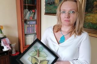 Andrea Kanoczová so svojimi paličkovanými motýľmi z pripravovanej jarnej kolekcie V zelenom háji.