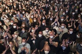 Na snímke päťtisíc ľudí s ochrannými rúškami počas koncertu rockovej skupiny Love of Lesbian v rámci štúdie zameranej na výskum šírenia nového koronavírusu v španielskej Barcelone 27. marca 2021.