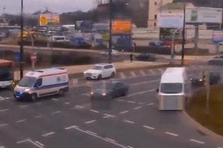 Mali zachraňovať život, museli riešiť svoj vlastný: Do sanitky v plnej rýchlosti narazilo auto