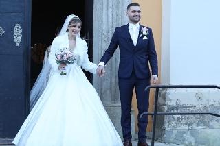 Speváčka Dominika Stará s manželom po svadobnom obrade.