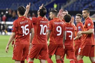 Futbalista Severného Macedónska Goran Pandev (druhý zľava) sa teší so spoluhráčmi po strelení gólu.
