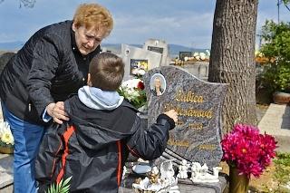 Babka Marta († 68) často chodila s vnukom Jakubkom (13) na hrob jeho maminy Ľubice.