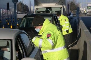 Kontroly na diaľničnom hraničnom priechode Jarovce - Kitsee v pondelok 15. februára 2021.
