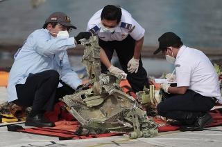 Indonézski vyšetrovatelia skúmajú trosky, ktoré vytiahli z vôd Jávskeho mora.