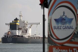 Loď sa plaví Suezským prieplavom po uvoľnení blokády.