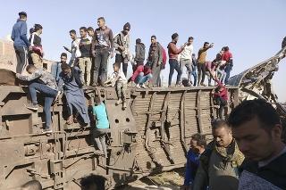 Egypťania sa zhromažďujú na mieste nehody dvoch osobných vlakov 26. marca 2021 v egyptskej provincii Súhádž.