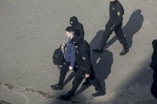 Na snímke bieloruská polícia zatýka demonštrana počas protestu proti prezidentovi Alexandrovi Lukašenkovi v Minsku 27. marca 2021.