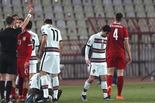 Na snímke vľavo holandský rozhodca Danny Makkelie udeľuje červenú kartu, adresátom je srbský hráč Nikola Milenkovič (vpravo) v zápase A-skupiny kvalifikácie MS 2022 vo futbale Srbsko - Portugalsko v Belehrade 27. marca 2021.