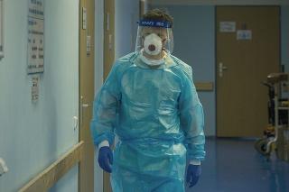 Zdravotník na infekčnom oddelení nemocnice v Liberci.