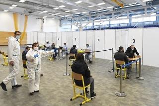 Očkovanie proti ochoreniu COVID-19 vo veľkokapacitnom krajskom očkovacom centre v Košiciach.