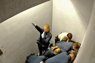 24. 2. 2018 5.01 hod.: Policajtka začala pri zásahu hajlovať a jej kolegovia sa na tom smiali.