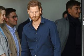 Harry s manželkou Meghan sa vzdali kráľovských povinností.