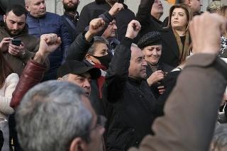 Ľudia vyšli do ulíc Jerevanu.
