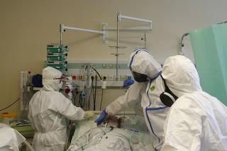 Zdravotníci pripravujú na prevoz pacienta s ochorením Covid-19 z Jisky v nemocnici v českom Kyjove do Brna 22. októbra 2020.