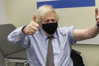 Britský premiér Boris Johnson dvíha palce hore po začkovaní prvou dávkou vakcíny proti ochoreniu COVID-19 od spoločnosti AstraZeneca v Nemocnici sv. Tomáša v Londýne v piatok 19. marca 2021.