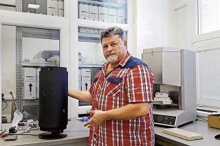 Dekan Jozef Živčák s ich unikátnym prístrojom.