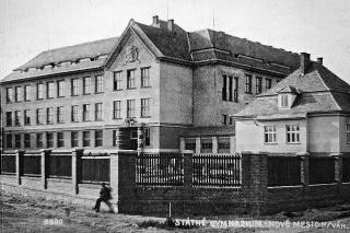 1929: Takto vyzerala budova gymnázia, v čase, keď sa v nej už niekoľko rokov vyučovalo.