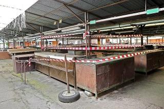 Na trhovisku Miletičova boli niektoré stánky obohnané páskou.