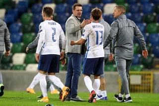 Tréner slovenskej futbalovej reprezentácie Štefan Tarkovič (tretí vľavo), hráči Patrik Hrošovský (druhý sprava) a Peter Pekarík sa tešia po výhre 2:1 v zápase finále play off o EURO 2020 Severné Írsko - Slovensko.