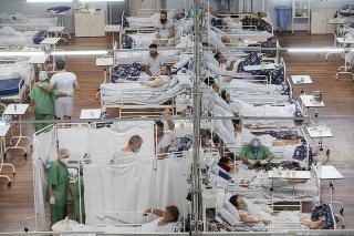Pacienti s COVID-19 ležia v poľnej nemocnici, ktorú dočasne postavili v obci Santo André na predmestí Sao Paula.