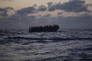 Úrady dostali telefonické hlásenie od osoby, ktorá sa podľa svojich slov tiež plavila na člne.
