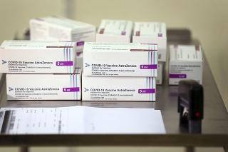 Balenia vakcíny, ktorú vyvinuli vedci z Oxfordskej univerzity v spolupráci s farmaceutickou spoločnosťou AstraZeneca