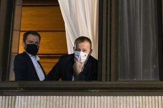 Zľava predseda vlády SR a predseda hnutia OĽaNO Igor Matovič a predseda NR SR a predseda Sme rodina Boris Kollár sa rozprávajú z okna s novinármi počas koaličnej rady v NR SR v Bratislave 10. marca 2021.