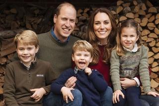 Princ William sa spolu s rodinkou odfotili na balíku slamy.
