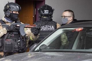 Na snímke obvinený riaditeľ SIS Vladimír Pčolinský, ktorého privážajú na Špecializovaný trestný súd (ŠTS) v Pezinku v nedeľu 14. marca 2021.