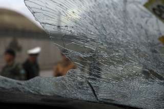 Mohutná explózia bomby uloženej v aute zničila aj 14 okolitých domov.