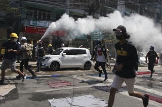 Polícia neváha proti demonštrantom použiť slzotvorný plyn či gumové projektily.