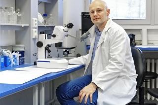 Vedec a virológ:  RNDr. Boris Klempa, DrSc., z oddelenia ekológie vírusov  Virologického ústavu Biomedicínskeho  centra Slovenskej akadémie vied vraví,  že s vírusmi sa musíme naučiť žiť.