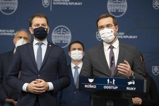 Vľavo predseda vlády SR Igor Matovič a vpravo minister zdravotníctva SR Marek Krajčí (obaja OĽaNO)