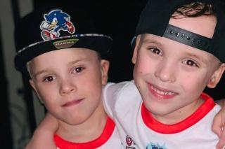 Malých chlapcov uchránila pred nárazom auta ich mama vlastným telom.