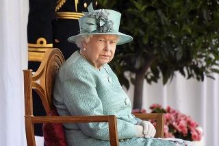 Kráľovná si chce osobne vypočuť všetkých členov rodiny.