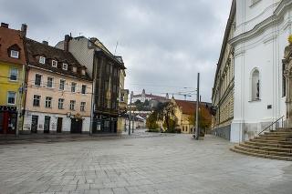 Župné námestie v Bratislave: Kedysi ulice plné turistov v hlavnom meste teraz zívajú prázdnotou.