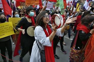 Pakistan: Aktivistky protestujú pri príležitosti MDŽ.