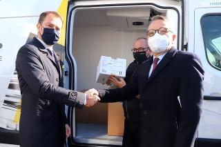 Predseda vlády SR Igor Matovič a veľvyslanec Francúzskej republiky v SR Christophe Léonzi počas odovzdania vakcín.