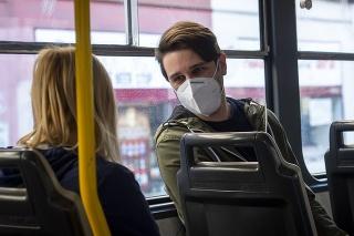 Cestujúci s respirátormi v pražskej MHD.