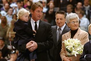 Wayne Gretzky (vľavo) s otcom Walterom (v strede).