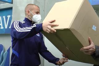 Hráči Slovana rozdávali respirátory zástupcom mestských častí.