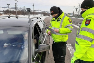 Policajti kontrolujú aj zákaz vychádzania.